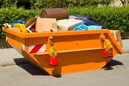 Container befüllt mit Mischabfall nach einer Haushaltsaufloesung in Koeln